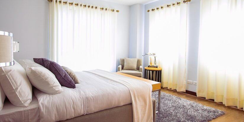 Seng og gardiner i soveværelse