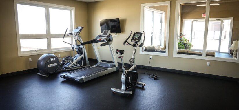Træningsmaskiner i tomt lokale