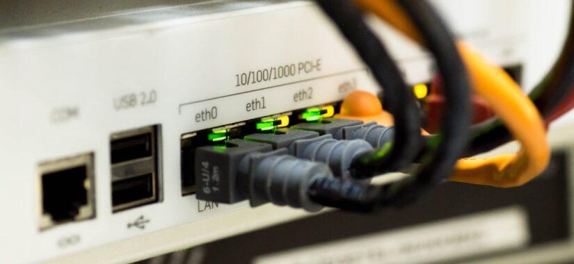 bagside af IT switch med 3 LAN kabler