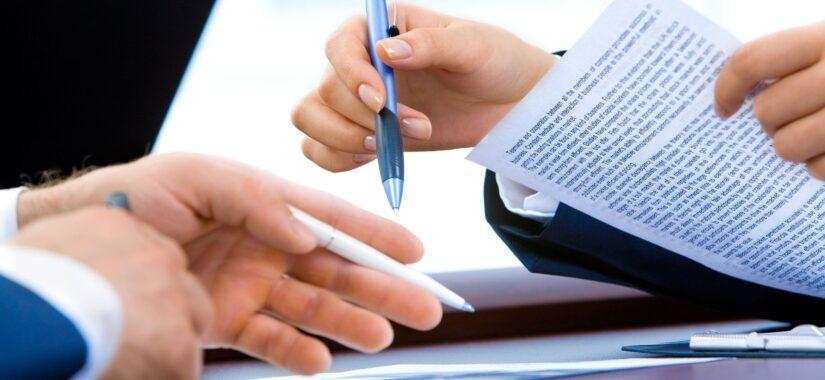 Skrivebord med papir