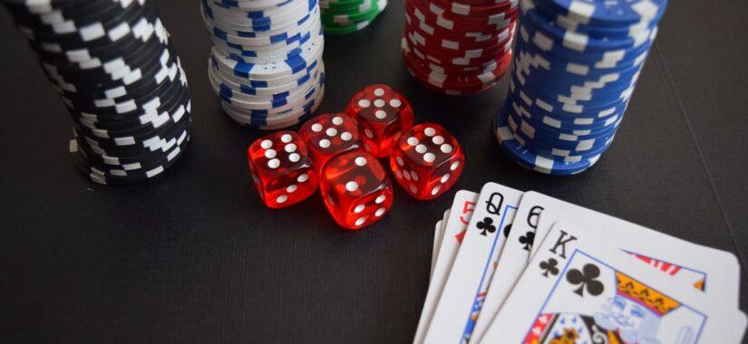 Terninger pokerchips og kort på et bord