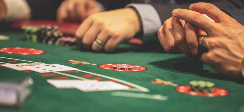 hænder der spiller kortspil
